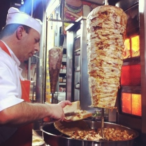 Hombre preparando un kebab. Fuente: Pinterest